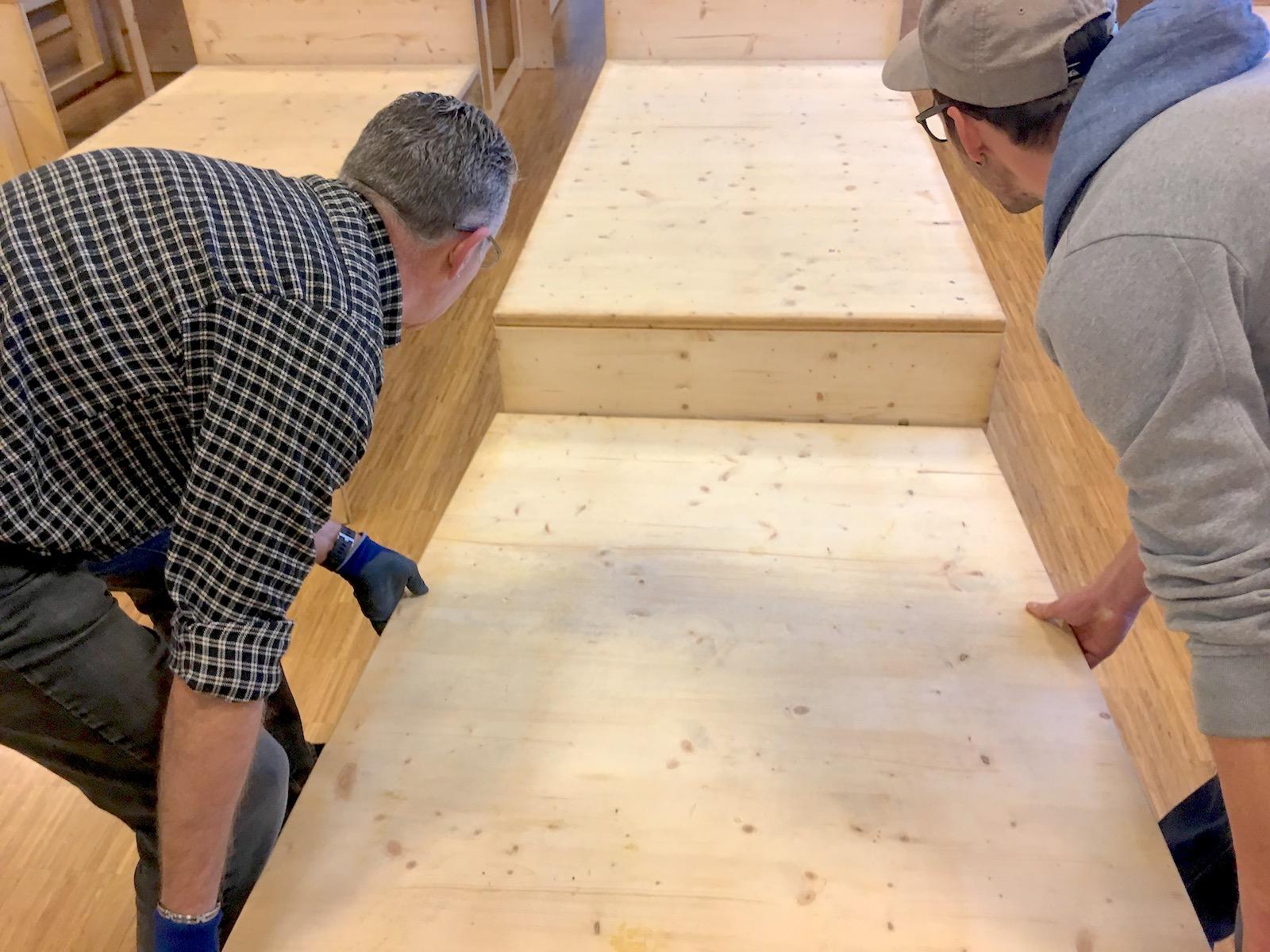 Kari und Silvan bauen Tribühne zusammen